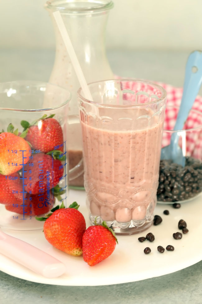 vegan-strawberry-cacao-nibs-smoothie