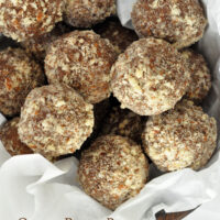 Quinoa balls made of quinoa flakes and almonds